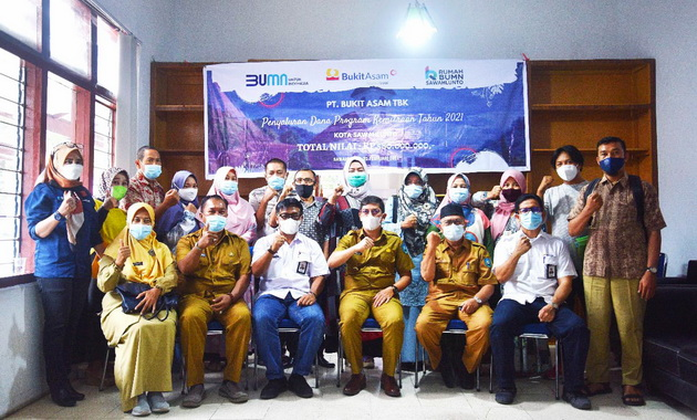 GM PT. Bukit Asam Tbk UPO foto bersama dengan Walikota Sawahlunto dan Mitra Binaan.