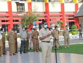 Gubernur Irwan Prayitno saat memberi sambutan pada apel terakhir.