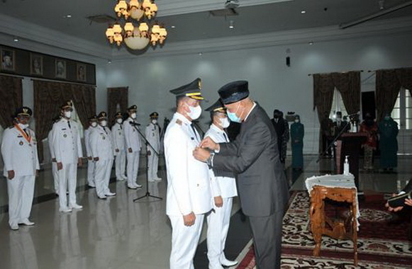 Gubernur Sumatera Barat, Mahyeldi Ansharullah memasangkan tanda pangkat dan tanda jabatan kepada Bupati terpilih Rusma Yul Anwar.