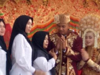 Kedua pengantin saat disalami para tamu.