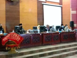 Ketua DPRD Sumbar Suprdi saat memimpin rapat Paripurna