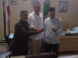 Ketua Tim Sukses, Muchlis Anwar (kiri) bersama Cabup, Benny Dwifa Yuswir (tengah) dan Cawabup, Irradatillah (kanan).