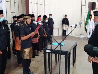 Ketua Umum Pengprov IPSI Sumbar Fauzi Bahar mengukuhkan Pengcab IPSI Solsel.