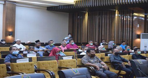 Pejabat Esolon II lingkup Kabupaten Pesisir Selatan dan undangan  sedang mengikuti Rapat paripurna.