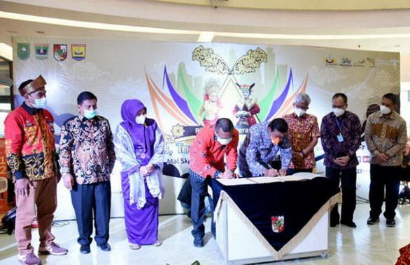 Penandatangan akad kerja sama antara Pemko Pariaman dengan Pemko Pekanbaru.