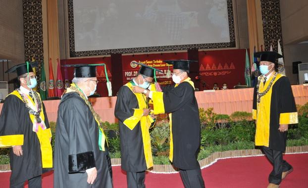 Pengukuhan Irwan Prayitno sebagai guru besar luar biasa UNP.