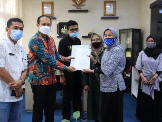 Penyerahan bantuan pinjaman modal dari LPDB untuk koperasi IWAPI Payakumbuh.