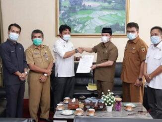 Penyerahan berita acara pengembalian thermogun dan APD dari KPU Tanah Datar.