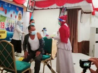 Penyuntikan vaksin sinovac di Mentawai.