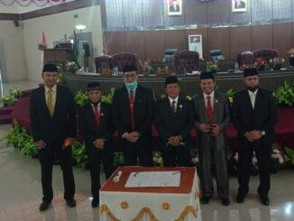 Pimpinan DPRD Kabupaten Sijunjung foto bersama dengan Calon Bupati terpilih, Benny Dwifa Yuswir (kiri) dan Cabup terpilih, Iradatillah (kanan) .