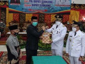 Plh. Bupati Sijunjung, Zefnihan serahkan tugas Bupati dan wakil Bupati pada pasangan Benny Dwifa Yuswir - Iradatillah.