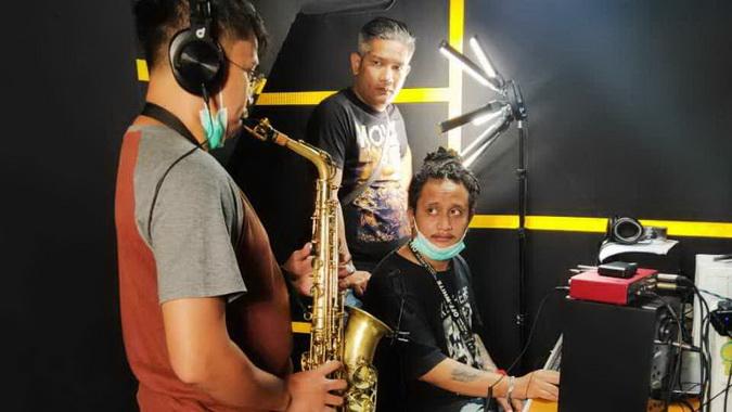 Rulli Aryanto saat dampingi pengisian track saxophone di Prima Founder Studio - Yogyakarta.