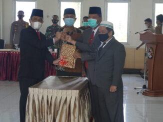 Salam covid 19 antara pejabat Bipati yang lama dengan Plh dan ketua DPRD usai penandatanganan berita acara serahterima tugas Bupati Limapuluh Kota.