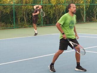Asdep saat bermain tenis di Lapngan Sekora.