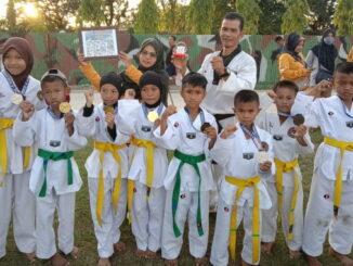 Joni Efendi bersama Taekwondoin.