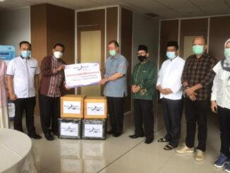 Wagub Nasrul Abit menyerahkan bantuan buat warga Sumbar di Mamuju.