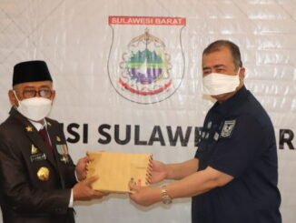 Wagub Nasrul Abit menyerahkan bantuan ke Pemprov Sulbar.