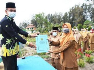 Wako Genius Umar menyerahkan SK PPPK.