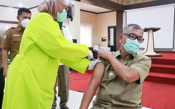 Wako Payakumbuh tengah diberikan vaksin covid 19 oleh vaksinator.
