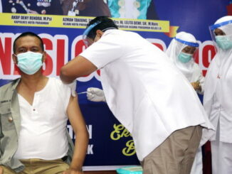 Walikota Pariaman Genius Umar saat divaksinasi vaksin Sinovac.
