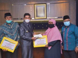 Walikota Sawahlunto menyerahkan bantuan pendidikan dari Baznas.