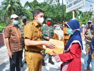 Walikota Sawahlunto saat memberikan bantuan di SLB Negeri 1 Sawahlunto.