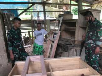 Anggota Satas TMMD Mentawai saat memberi inovasi pada pengrajin kayu.
