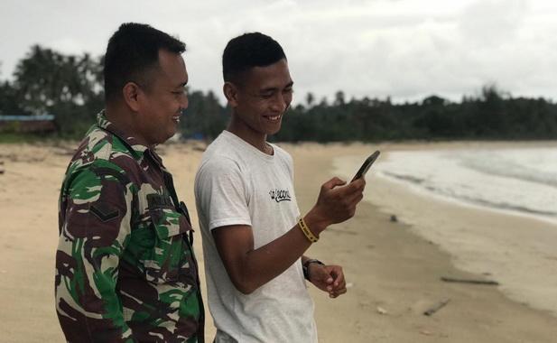 Anggota Satgas TMMD saat menikmati keindahan pantai Mapadegat.