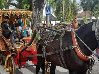 Arak-arakan bendi yang menganrtarkan Gubernur Mahyeldi ke Gubernuran Sumbar.