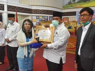 Bupati Padang Pariaman Suhatri Bur saat menerima penghargaan dari Presiden ASITA Dr.H.Rasmiati, MSi.
