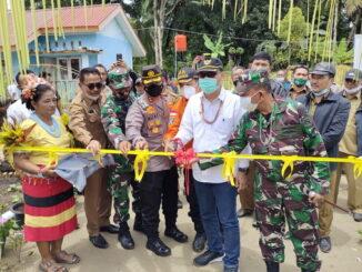 Bupati Mentawai Yudas Sabagalet saat peresmian 40 unit perumahan untuk keluarga nelayan di dusun Bose.
