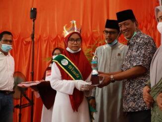 Bupati Rusma Yul Anwar menyerahkan topi kepada juara tahfidz