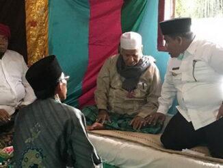 Bupati Suhatri Bur sedang berdialog dengan Buya H. Saali Syekh Balinduang Sibarueh.