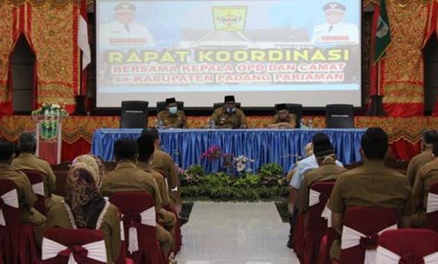 Bupati Suhatri Bur (tengah) yang didampingi Wabup Rahmang (kiri) dan Sekda Jonpriadi, SE, MM (kanan) memimpin rapat koordinasi .