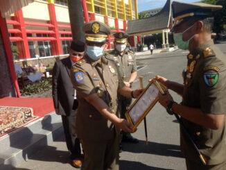 Dailipal saat menerima piagam penghargaan dari gubernur Sumbar.