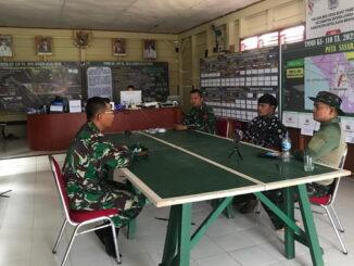 Diskusi ringan di posko TMMD ke -110 Kodim 0319 Mentawai bersama Kepala Desa Bukit Pamewa.