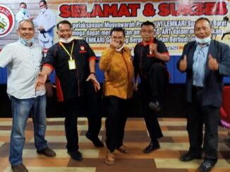 Firdaus Ilyas bersama tokoh karate lainnya.