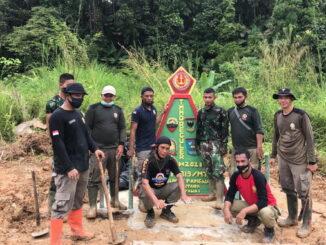 Foto bersama di tugu Bukit Pamewa.