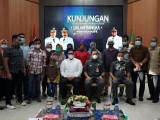 Foto bersama usai penyerahan bantuan.