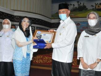 Gubernur Mahyeldi menerima cindermata dari pengurus Asita.