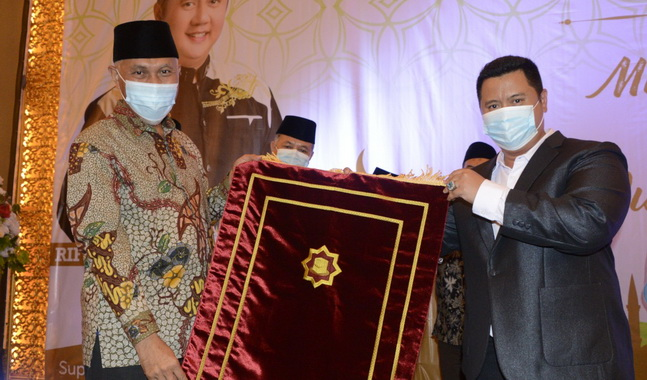 Gubernur Mahyeldi saat menerima secara simbolis bantuan sejuta sajadah dari Rifo Darma Saputra.