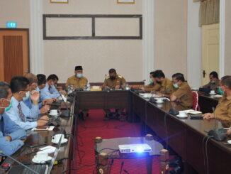 Gubernur Sumbar bersama lembaga terkait saat membahas masalah peningkatan ekonomi msyarakat.