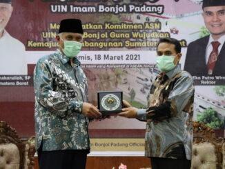Gubernur menerima plakat dari rektor UIN Padang.