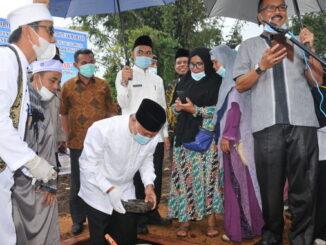 Gubernur saat meletakkan batu pertama pembangunan pesantren Auladul Jannah.