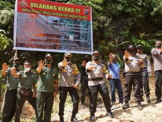 Kapolres Sijunjung, AKBP. Andry Kurniawan, S. Ik, M. Hum bersama Kapolres Kuantan Singingi Provinsi Riau dan UPTD KPH Sijunjung Tera Darma foto bersama dikawasan hutan lindung.