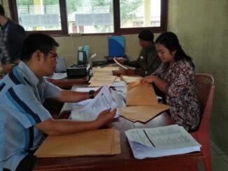 Kepala Sekolah SMPN 01 Sipora Kecamatan Sipora selatan bersama tim guru mempersiapkan packing soal ujian PTS.