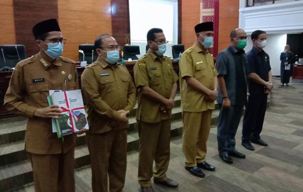 Ketua DPRD Sumbar Supardi potobersama dengan Gubernur Sumbar Mahyeldi Ansharullah usai menyerahkan nota pengantar LKPJ dan Rencana awal RPJMD