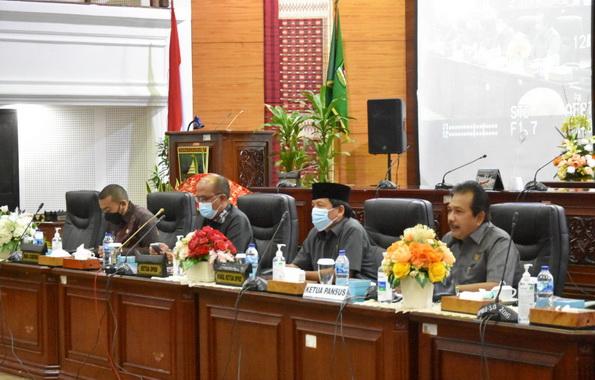 Ketua DPRD Sumbar Supardi saat memimpin rapat Finalisasi pembahasan Ranperda RPJPD