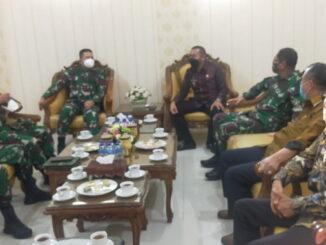 Kunjungan Wagub Audy Joinaldy ke Korem Wirabaraja.