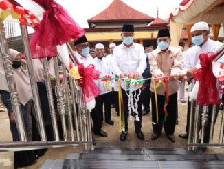 Pemitongan pita sebagai tanda diresmikannya gedung kantor IPHI Payakumbuh oleh Wako Reza Falepi.
